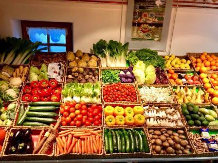 Das Bild zeigt die bunte Obst- und Gemüseauslage in Körben.