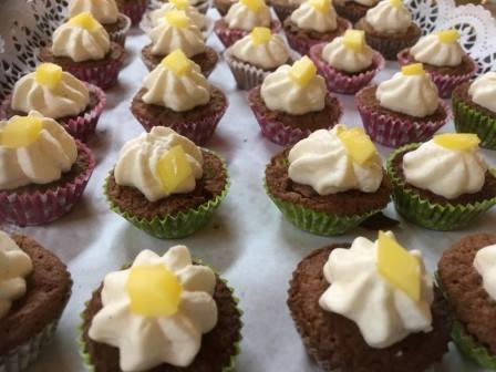 Das Bild zeigt Cupcakes in bunten Förmchen.