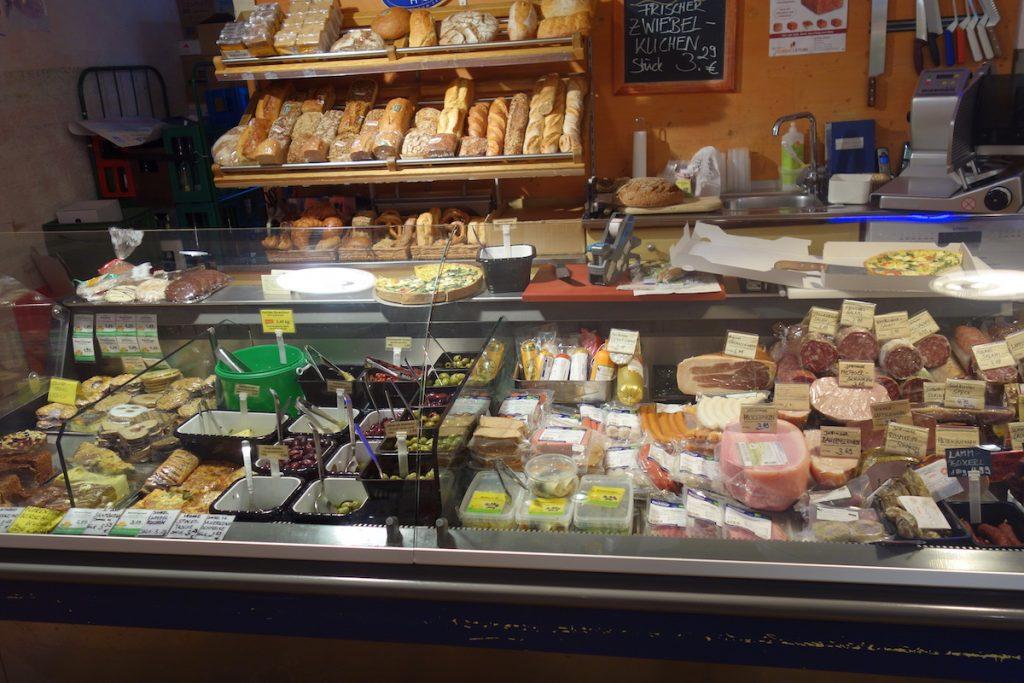 Blick auf die Bedientheke vom BioMarkt Tutzig. Hier gibt es Käse, Antipasti udn Brot.
