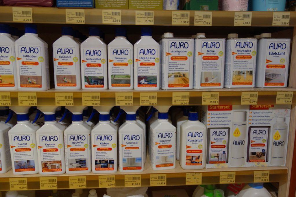 Blick auf ein Produktregal mit Produkten der Marke AURO.