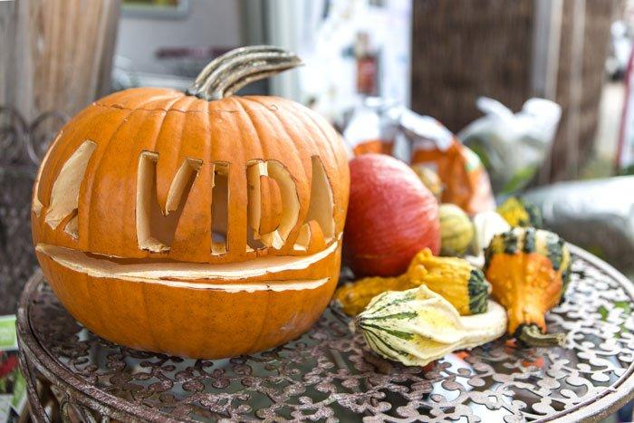 La Vida wünscht ein frohes Halloween mit einem geschnitzten Kürbis, auf dem La Vida steht