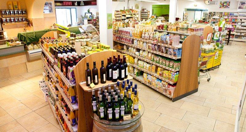 Ein Blick auf die Trockensortiment Regale. Hier kann man Weinflaschen auf einem Kopfanbau am Regal sehen.