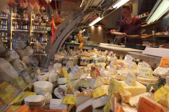 In der Käsetheke kann man eine große Auswahl an Käse sehen