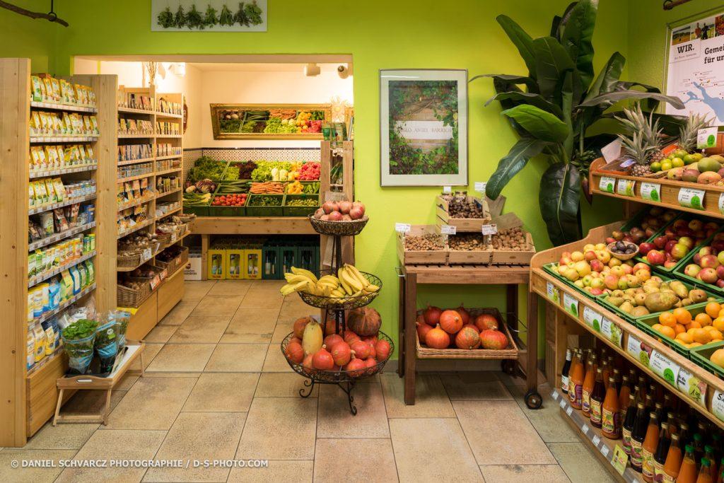 Ein Blick in den Verkaufsraum. Die Wände sind grün und man kann ein Teil des Gemüsesortiments sehen