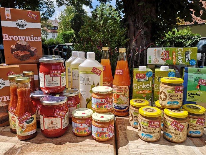 Diverse Bioprodukte draußen auf einem Tisch in der Sonne
