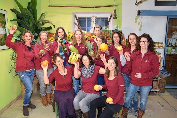 Das La Vida Team mit unterschiedlichen Obstsorten in den Händen