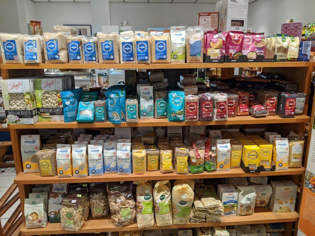 Blick auf das bunt bestückte Regal mit Reis, Nudeln und Hülsenfrüchten.
