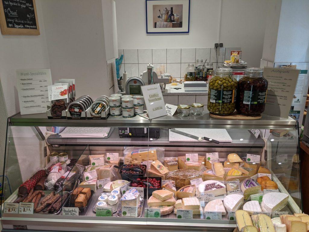 Ansicht auf die Frischetheke mit Käse und Fleisch.