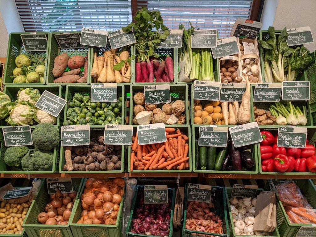 Ein Foto von der Gemüseauslage im Inneren des Ladens.