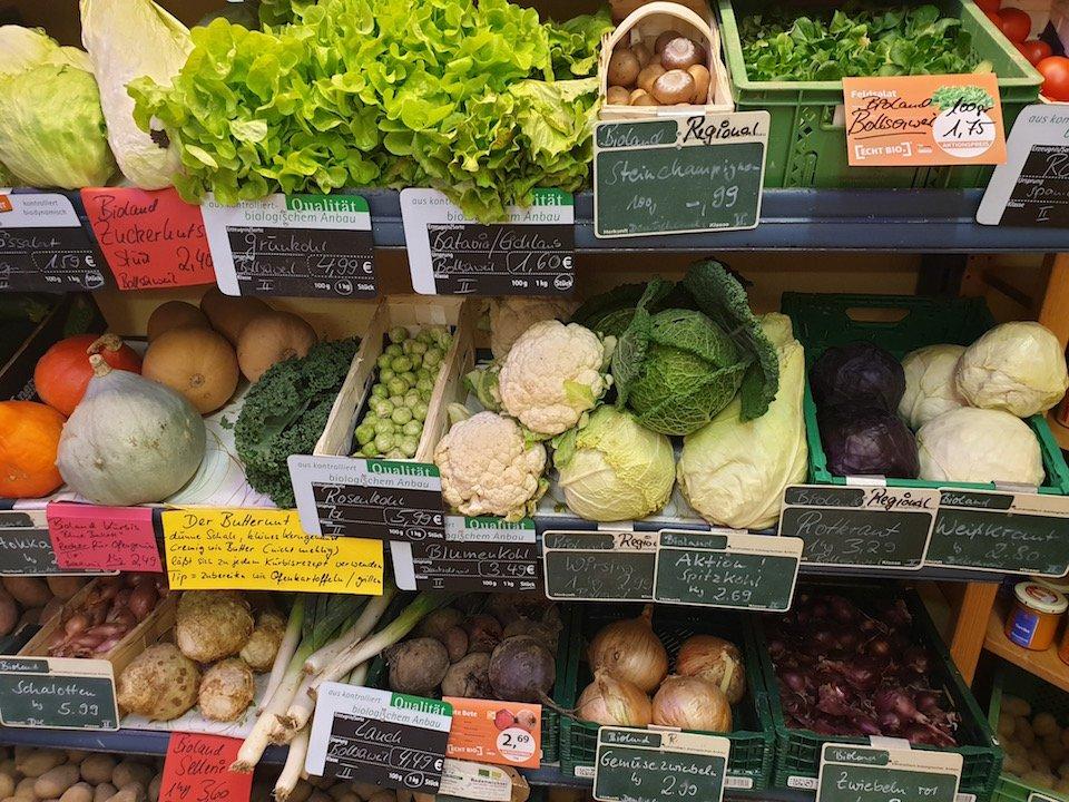 Frisches Gemüse mit schwarz-grünen Tafeln.