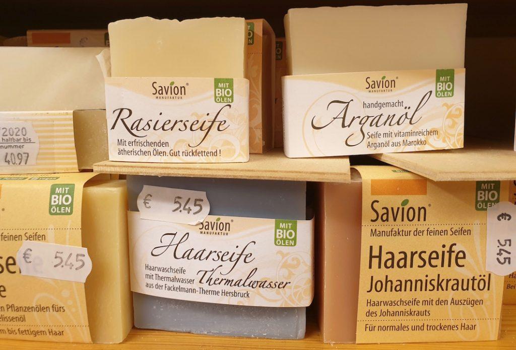 Verschiedene Savion-Seifen. Mit wenig Verpackung für die Haare, zum Rasieren oder mit Arganöl.