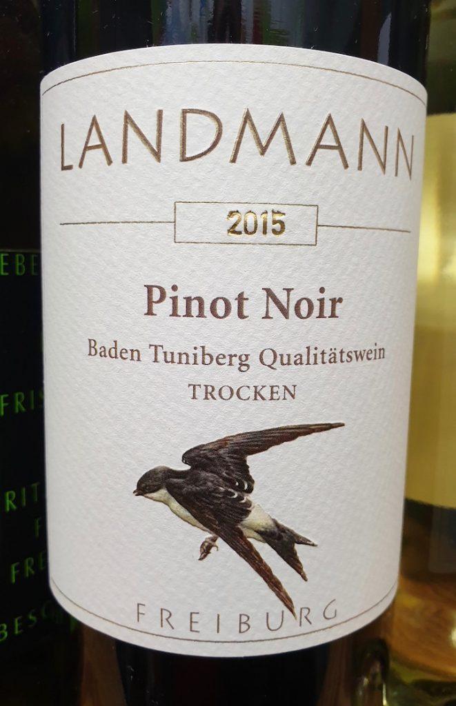 Weinflasche aus der Region von der Marke Landmann. Auf dem Etikett ist ein schwarzer Vogel zu sehen.