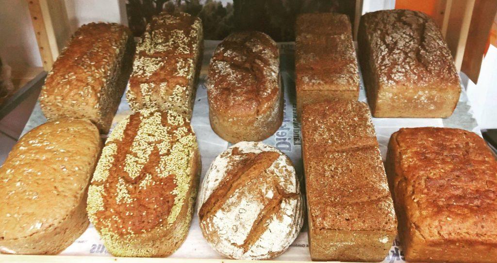 Ein Foto von knackigen Broten in der Auslage.
