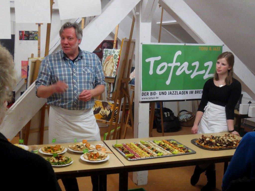 Das Bild zeigt ein Aufgebot frischer Häppchen beim Catering des Tofazz in einem Studio mit Gemälden.