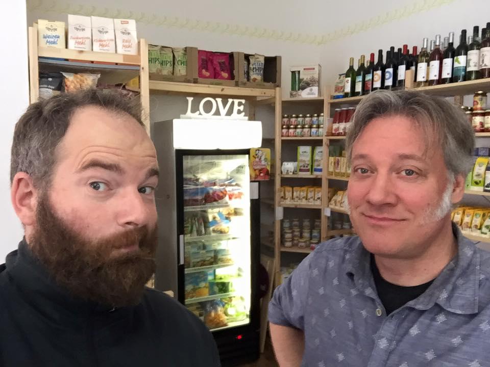 Das Foto bildet das Team des Tofazz im Laden vor den Regalen ab.