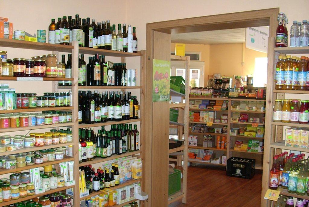 Blick in den Findus Naturkost-Laden. Man sieht verschiedene Produktgruppen in den Regalen.