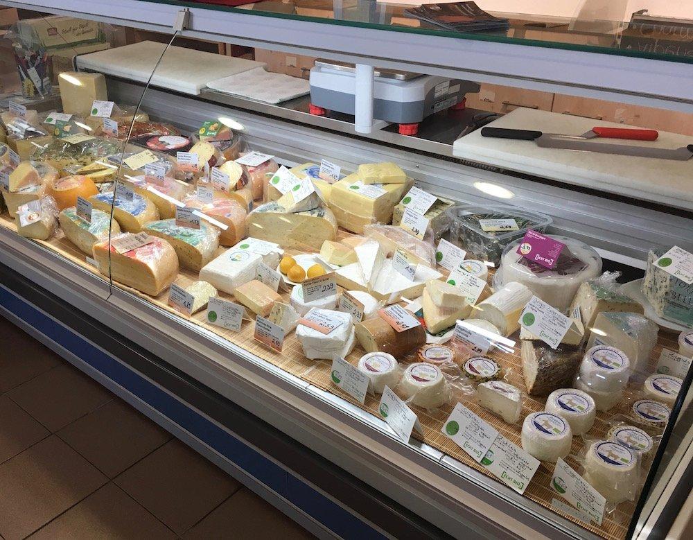 Blick auf die gefüllte Käsetheke.