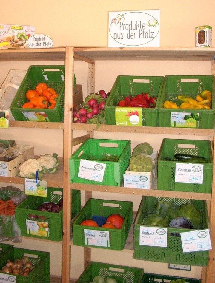 Das Bild zeitdas Obst- und Gemüseregal mit grünen Kisten.