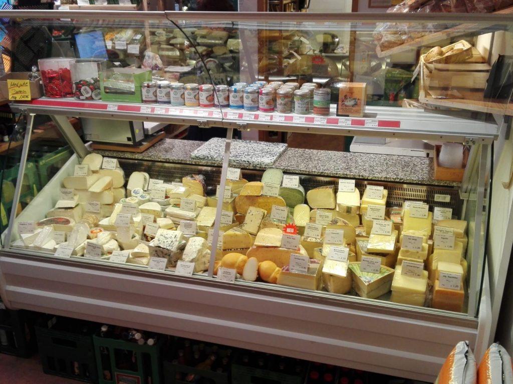 Käsetheke mit verschiedenen leckeren Sorten.